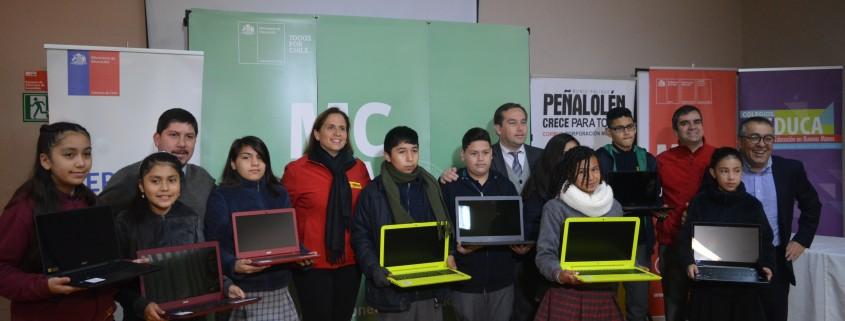 Alcaldesa Carolina Leitao y niños beneficiados